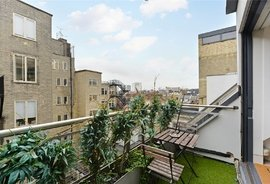 Mews Flat to rent in Dean Street, London
